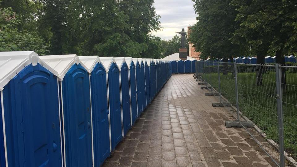 Забор из синих туалетных кабинок появился на площади Минина - Фото